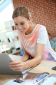 Woman at home working on laptop — Stock Photo