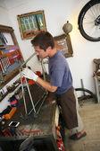 Man fixing bike frame — Stock Photo