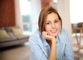若い女性自宅でリラックス — ストック写真