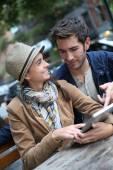 Casal usando tablet digital — Fotografia Stock