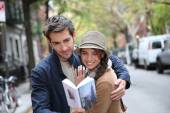Couple with tourist guide book — Stock Photo