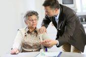 Doctor reassuring elderly woman — Stock Photo