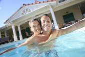 Couple embracing in swimming pool — Stock Photo