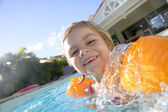 Girl playing in pool — ストック写真