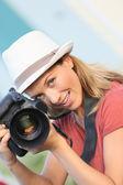 Kvinna med bild av modell — Stockfoto
