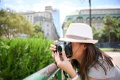 Tourist taking picture — Stock Photo
