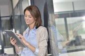 Zakenvrouw websurfing op Tablet Pc — Stockfoto