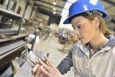Frau Ingenieur Überprüfung Produktion — Stockfoto