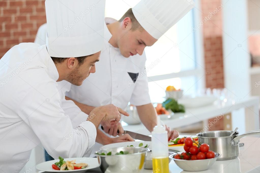 Tudiant formation chef de cuisine photographie goodluz - Formation chef de cuisine ...