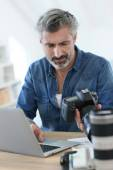Photo reporter in office — Stock Photo