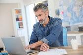 Lärare som arbetar på bärbar dator — Stockfoto