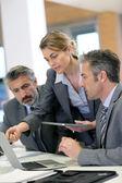 Partnerów biznesowych w biurze — Zdjęcie stockowe
