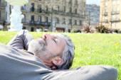 Uomo sonnellino nel parco — Foto Stock