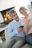 Couple using smartphones — Stock Photo