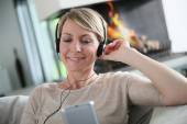 Woman listening to music with smartphone — Stock Photo