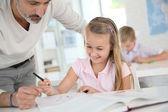 Insegnante con la scolara in classe — Foto Stock