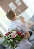 Son hiding bouquet — Stock Photo