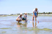 Family practicing  beach fisheries — Stock Photo