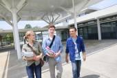 Three High-schoolers walking — Stock Photo