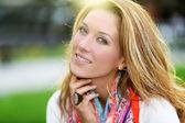 Mulher sorridente com cachecol colorido — Fotografia Stock