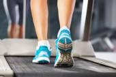 在健身房的跑步机上运行的女人. — 图库照片