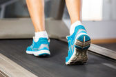 Woman running on treadmill in gym. — Foto Stock