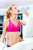 做有氧运动在健身房的跑步机上的年轻女子. — 图库照片