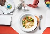 意大利面食和蔬菜炖鸡. — 图库照片