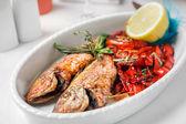 红辣椒和柠檬煎的鱼. — 图库照片