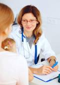 Child with her mother visiting doctor. — Stock Photo