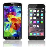 Samsung Galaxy S5 vs Apple iPhone 6 — Stock Photo