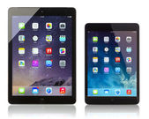 Apple iPad Air and iPad Mini displaying homescreen — Stock Photo