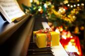 Christmas gift on piano — 图库照片