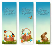 Three banners with Easter backgrounds. Eggs in baskets and a cho — Stock Vector