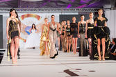BUCHAREST, ROMANIA - DECEMBER 4: Fashion models wears clothes ma — Stock Photo