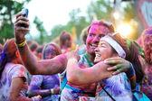 """Los corredores toman un selfie después un 5k """"fun run"""" en el Maraton de Color — Foto de Stock"""
