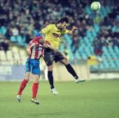 Bilinmeyen futbolcuların gerçekleştirir — Stok fotoğraf