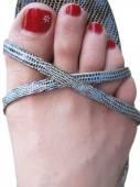 Womans stóp w obuwiu z zdobione paznokcie malowane — Zdjęcie stockowe