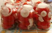 Tasty Tomatoes with onion Canned In Glass Jars — Stock Photo