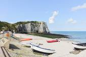 View of resort beach and cliff in Etretat town — Stock Photo