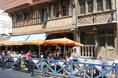 Tourists in street restaurant in Etretat town — Stock Photo