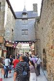 туристы в аббатство мон-сен мишель — Стоковое фото