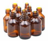 Mnoho malých otevřených hnědých skleněných oválný lékárna láhve — Stock fotografie