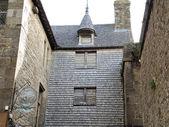 Buildings in inner yard of mont saint-michel abbey — Stock Photo