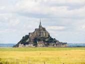 Pasture fields around mont saint-michel abbey — Stock Photo