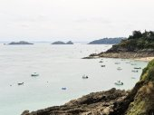 Yacht near coastline of English Channel, Brittany — Stock Photo