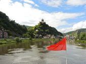 Red flag and Cochem town on Moselle river — Stock Photo
