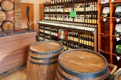 Ocal crimean wine in wine shop in Yalta, Crimea — Fotografia Stock