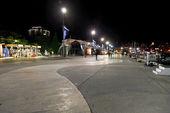 People walking on waterfront in Yalta in night — Stock Photo