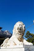 Medici lion near Alupka Palace and Ai-Petri peak — Stock Photo
